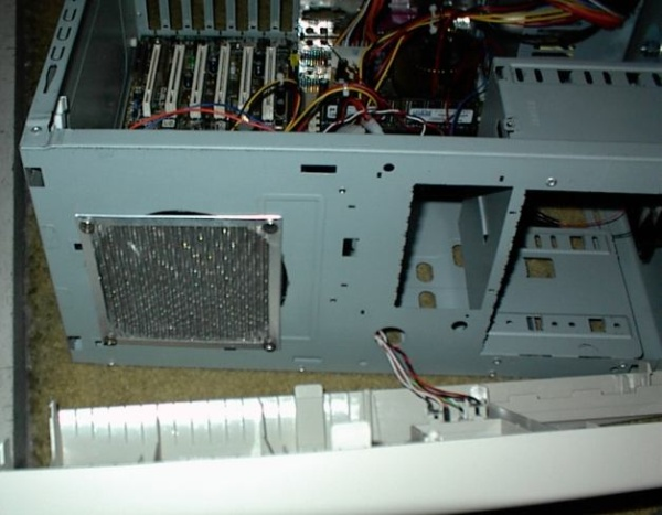Front 120mm fan.. This guy is a monster.. Cut yer finger off man! So I put a wire mesh on it.. PLUS it is *the* intake fan.. So hopefully this will stop a lot of cat fur and such from getting in! :o)